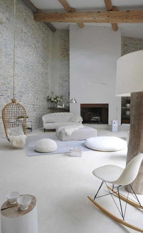 sillas colgantes de mimbre en la decoración