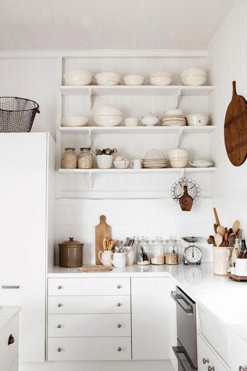 decoración de la cocina con estantes y estanterías abiertas