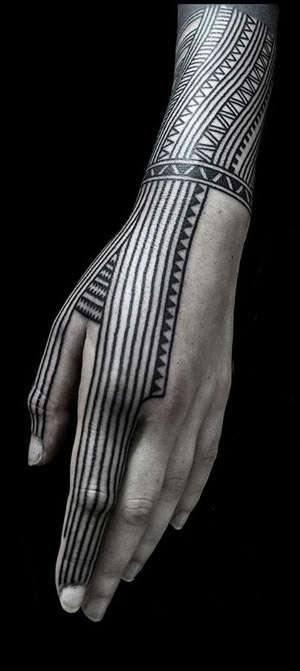 Mano tatuada con un tatuaje tribal