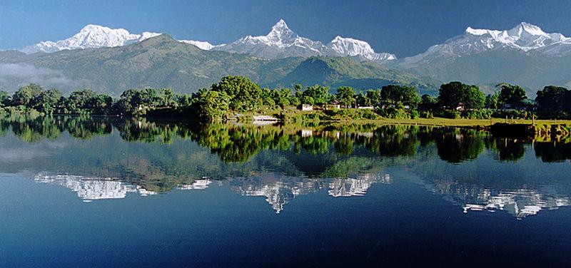 Vistas del Annapurna desde el lago Phewa en Pokhara