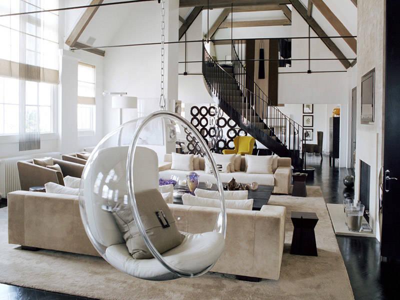 Una silla colgante vintage en un salón