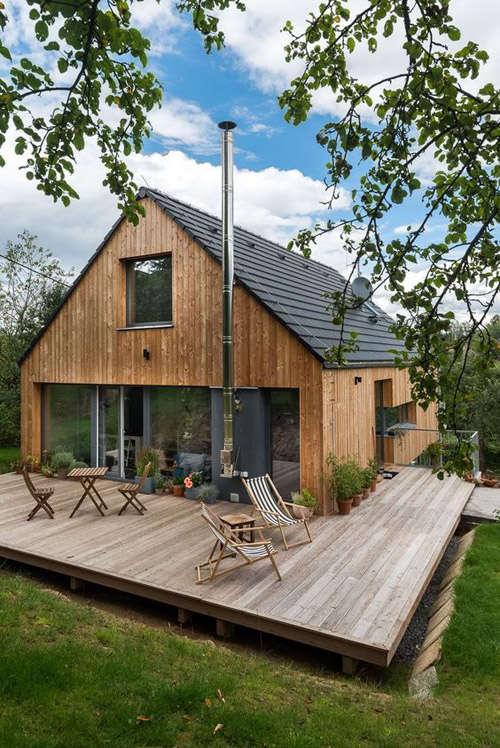 Casa grande de madera para una familia completa