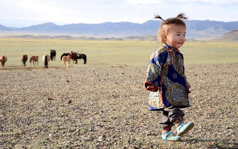 Niña en el desierto de Gobi