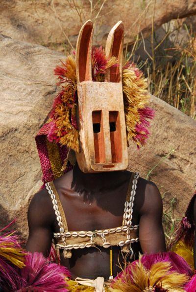 mujer africana con una mascara