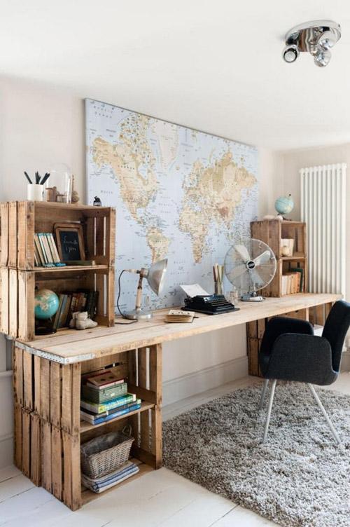 Mesa de trabajo hecha con una tabla y cajas de madera