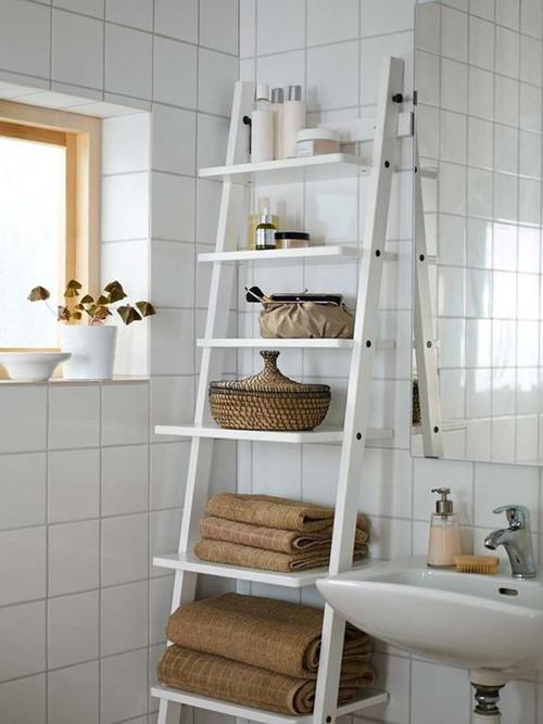Escalera de madera como mueble estantería en el baño