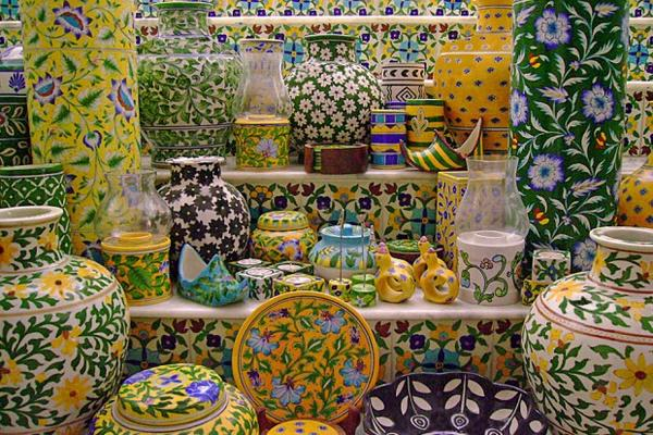 Tienda para comprar cerámica azul en la ciudad de Jaipur en la India