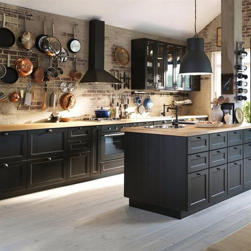 Decoración de espacios rústicos con cocinas negras