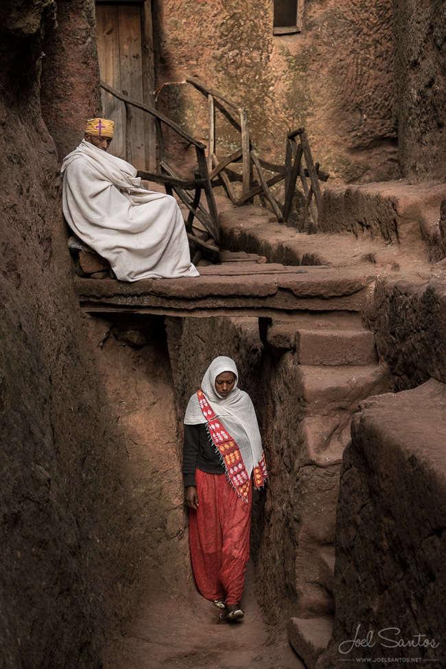 Sacerdote cristiano y peregrino en la Iglesia de Lalibela, Etiopía.