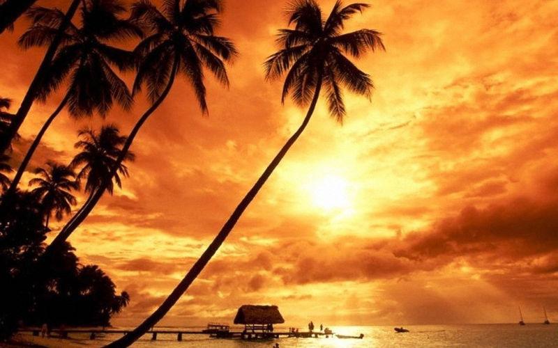 Puesta de solen la playa de Kuta en Bali