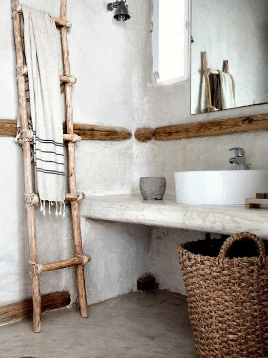 Escaleras decorativas y cestas de mimbre en el baño del san Giorgio Hotel