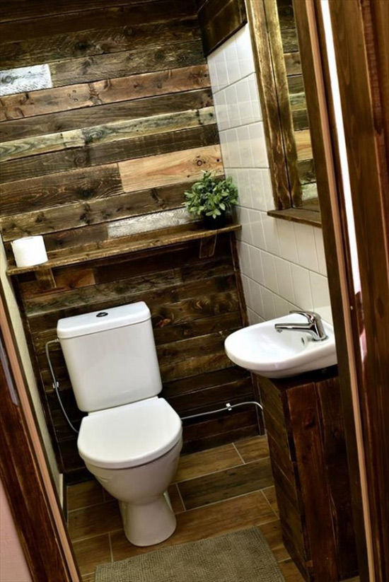 Lavabo con paredes de madera de palets