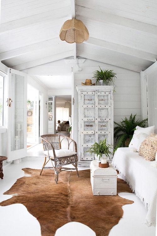Alfombra de piel de vaca en una casa escandinava