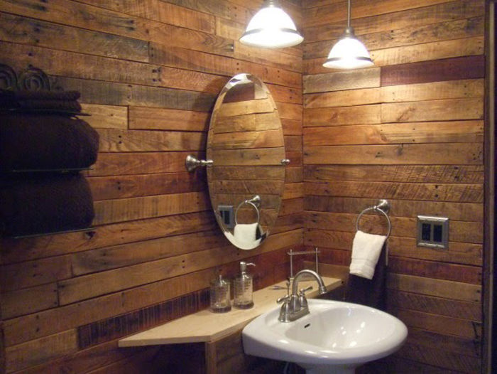 Madera de palets para forrar las paredes de un baño