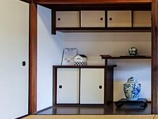 Estantes en una casa japonesa tradicional