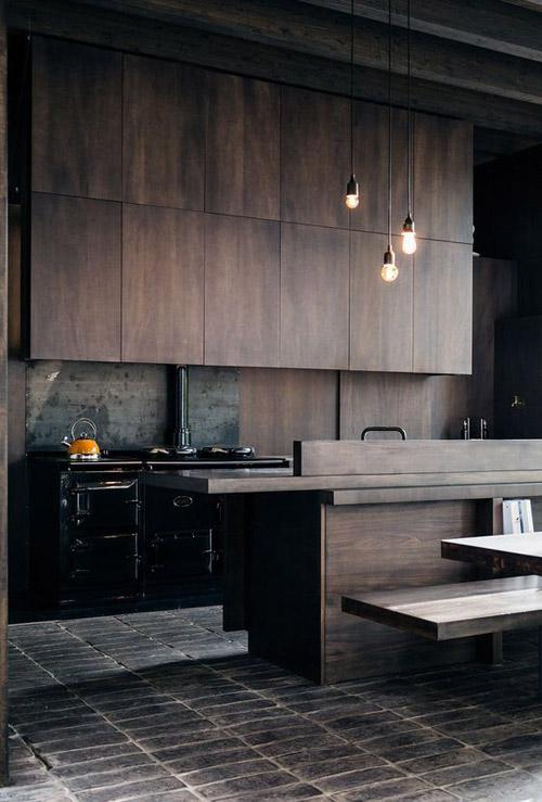 cocina de color negro con madera