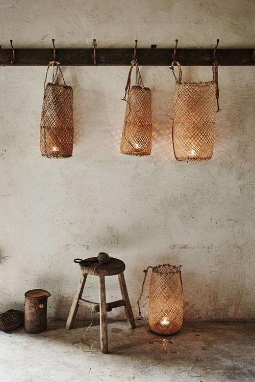 iluminación con lámparas de rattán