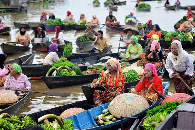 Mujeres en el mercado flotante de Banjarmasin