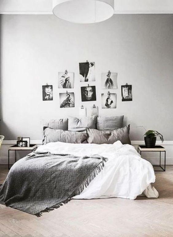 Fotografías colgadas detrás de la cama