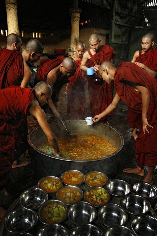 Monjes en un monasterio budista de Bután