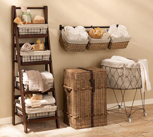 Organizar el baño con cestas y cajas de mimbre