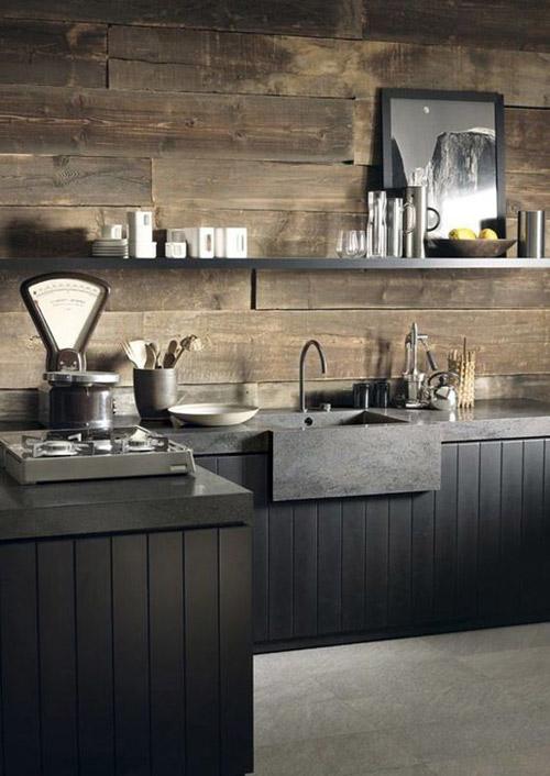 cocina negra con paredes de madera