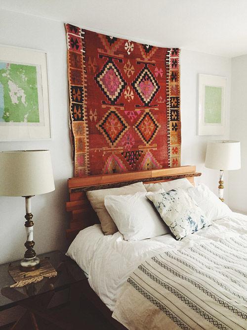 cabecero de cama original con un kilim