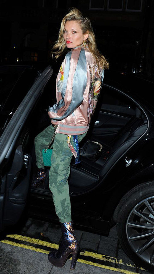 Kate Moss luciendo una bomber satinada de colores