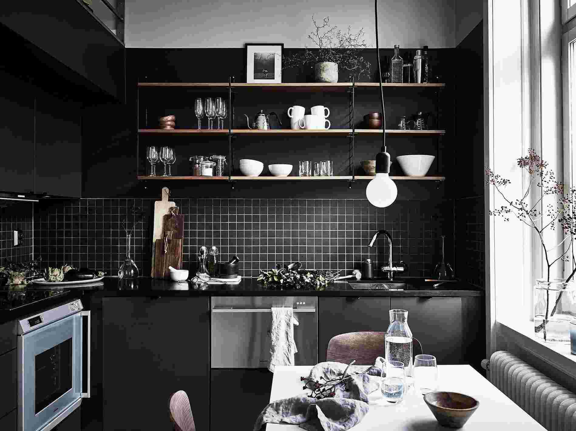Cocinas negras sofisticadas elegantes y atrevidas for Decoracion con fotos en pared