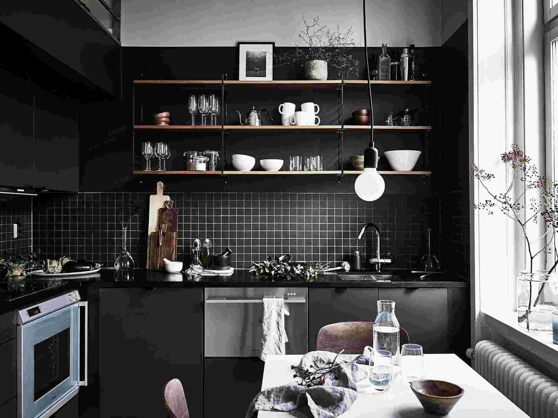 Cocinas negras sofisticadas elegantes y atrevidas for Decoracion paredes cocinas modernas