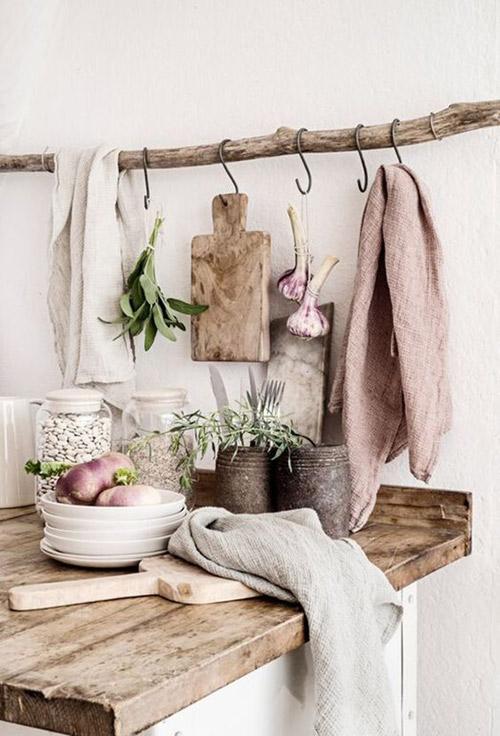 troncos de madera en la decoración escandinava