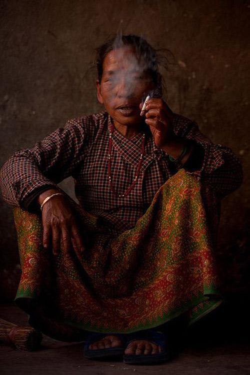 Mujer fumando, Bután