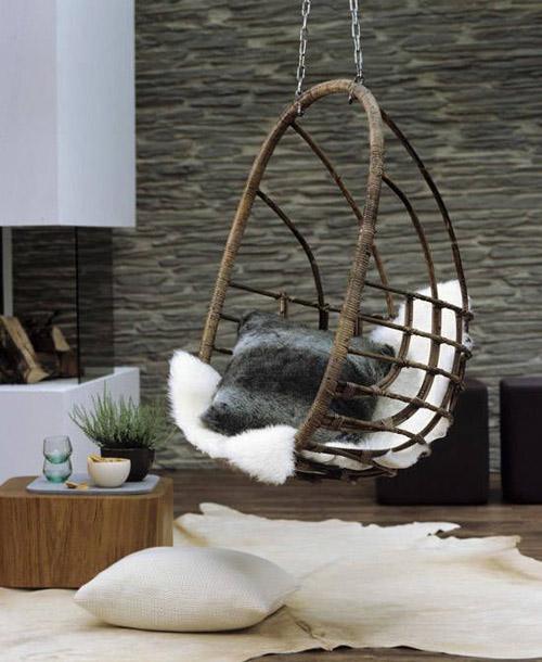 diseño de interiores con sillas colgantes de mimbre