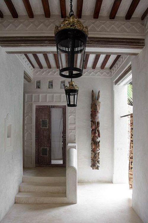 una talla de madera en una casa de lamu