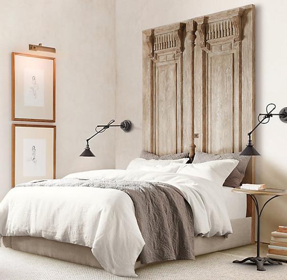 Cabecero de cama con viejas puertas de madera