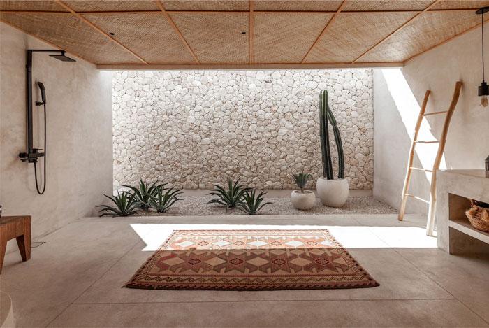 Cómo decorar un baño con una alfombra étnica