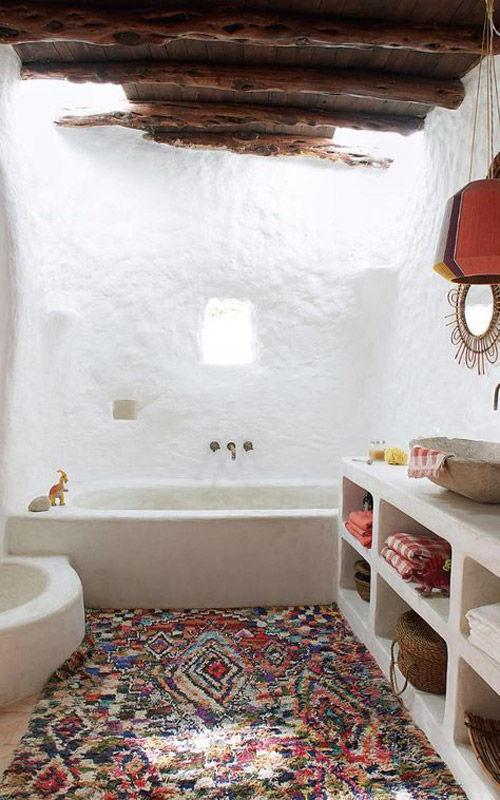 Una alfombra Boucherouite decorando un lavabo