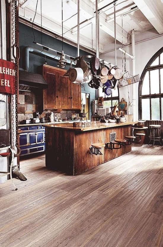 Una isla de cocina en una cocina industrial