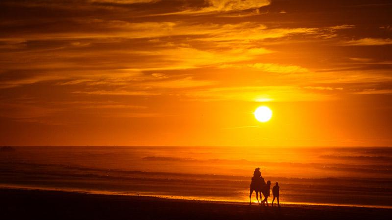 Puesta de sol en la playa de Essaouira en Marruecos