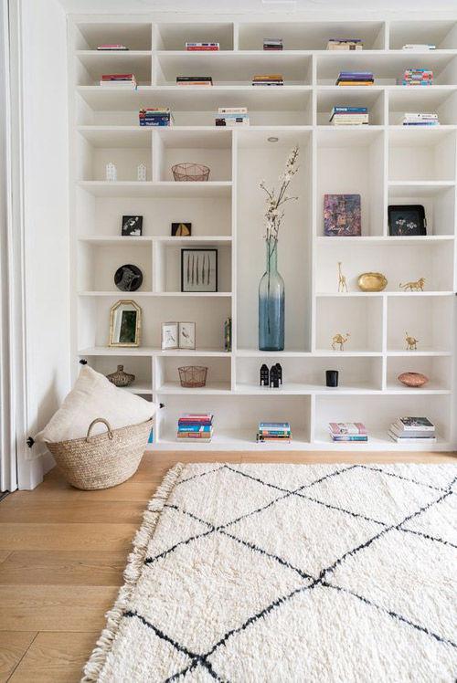 dormitorio decorado con una alfombra de lana marroquí