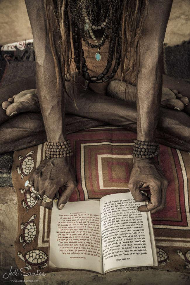 Sadhu leyendo oraciones, Varanasi. India. Joel Santos.
