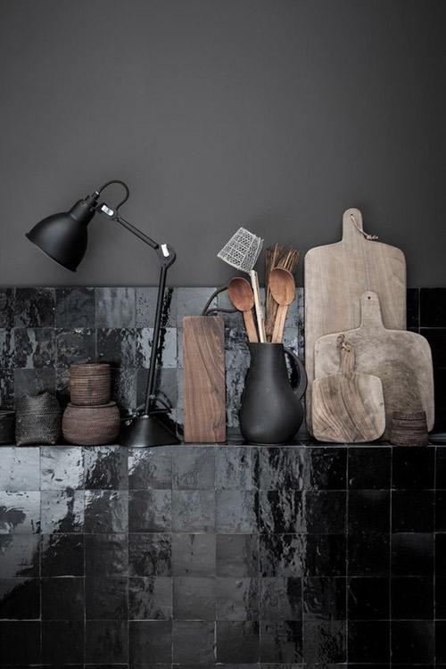 Cocinas con paredes de baldosas negras