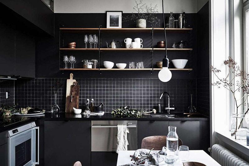 estantes de colores claros en las cocinas negras