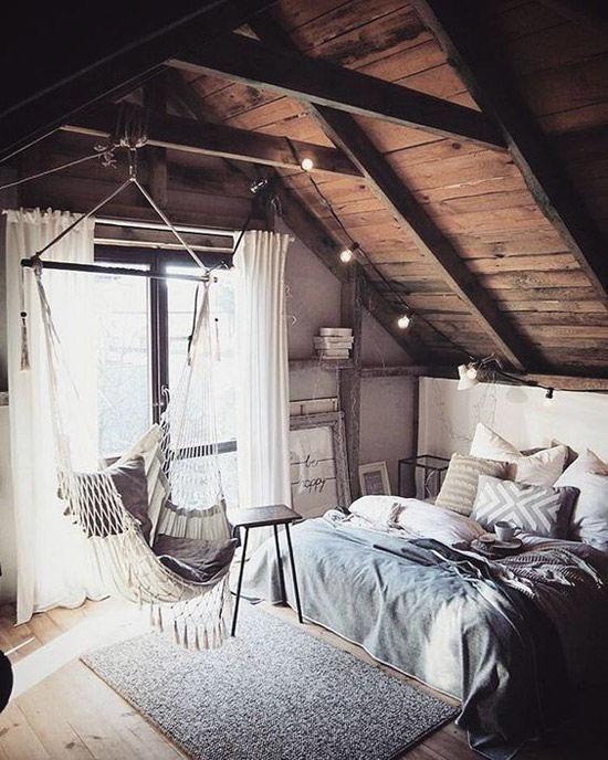Silla colgante en una habitación pequeña