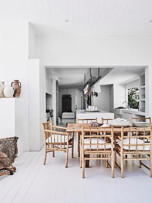 muebles de bambú y madera para decorar un salón comedor de estilo scandi boho