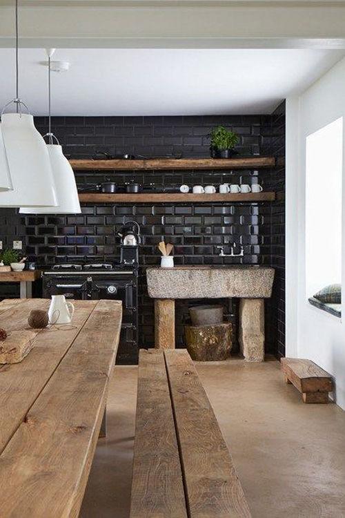 Cocina con pared de baldosas de color negro