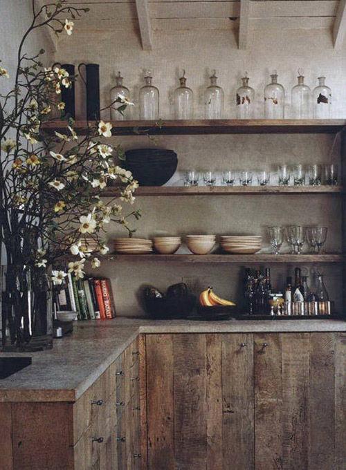 estantes de madera en las cocinas rústicas