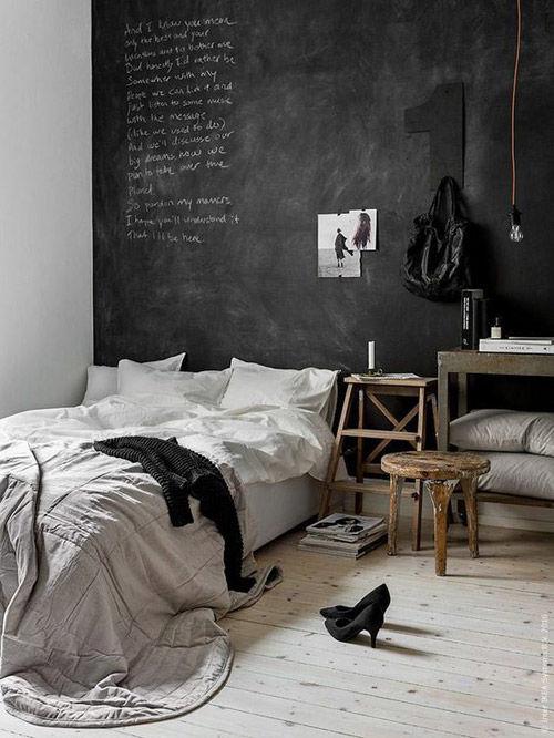 habitación con pared de pizarra