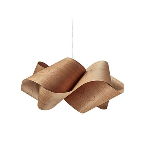 Lámpara realizada con chapas de madera