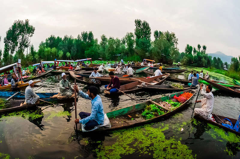 Mercado flotante de Srinagar en India